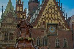 Wroclaw gammal stad i sommarsikt av townhall arkivbilder