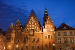 Wroclaw gammalt stadshus på natten Fotografering för Bildbyråer