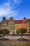 Wroclaw marknadsfyrkant med gamla färgrika hus mot ljus blå himmel royaltyfria bilder