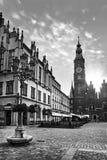 Wroclaw marknadsfyrkant med stadshus- och gatalyktalampan mot att bedöva solnedgånghimmel royaltyfri bild