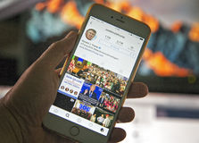 wroclaw POLÔNIA 20, em outubro de 2016: Conta do Instagram de Donald Trump mostrada em Iphone 6 positivo, Foto de Stock Royalty Free