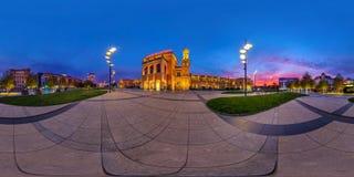 WROCLAW, POLÔNIA - EM SETEMBRO DE 2018: 360 graus sem emenda completos de opinião de ângulo que nivela o panorama na estação de t fotos de stock