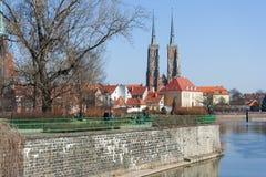 Wroclaw, Polônia - cerca do março de 2012: Ilha de Ostrow Tumski e torres da catedral gótico de St John o batista em Wroclaw, Pol Imagens de Stock Royalty Free