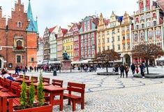 Wroclaw, Polônia - 17 de outubro de 2015: Povos que andam e que descansam no mercado famoso, velho em Wroclaw Imagens de Stock Royalty Free