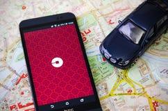 WROCLAW POLEN - AUGUSTI 11, 2016: Uber app är vanligt den använda formen av stads- transport i stora polska städer Arkivfoton