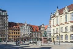 Wroclaw, Polen - circa Maart 2012: Aleksander Fredr-monument en centraal marktvierkant in Wroclaw Royalty-vrije Stock Foto's