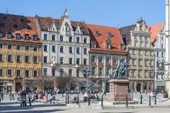 Wroclaw, Polen - circa Maart 2012: Aleksander Fredr-monument op centraal marktvierkant in Wroclaw Stock Foto