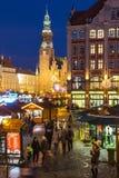 WROCLAW POLEN - DEC 8, 2017: Jul marknadsför på marknadsfyrkanten Rynek i Wroclaw, Polen En av störst Polen som är bästa och arkivbild