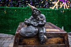 Wroclaw, Polen - 15 December 2015 Foto van één van het beeldhouwwerk van dwergen (gnomen) van sprookje door Tomasz Moczek wordt g Royalty-vrije Stock Fotografie