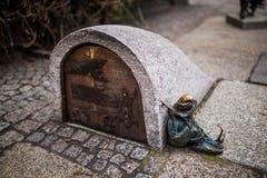 Wroclaw, Polen - 15 December 2015 Foto van één van het beeldhouwwerk van dwergen (gnomen) van sprookje door Tomasz Moczek wordt g Stock Afbeelding