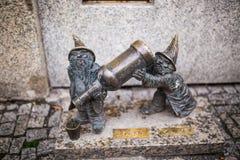 Wroclaw, Polen - 15 December 2015 Foto van één van het beeldhouwwerk van dwergen (gnomen) van sprookje door Tomasz Moczek wordt g Royalty-vrije Stock Afbeeldingen