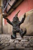 Wroclaw, Polen - 15 December 2015 Foto van één van het beeldhouwwerk van dwergen (gnomen) van sprookje door Tomasz Moczek wordt g Stock Foto's