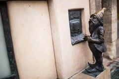 Wroclaw, Polen - 15 December 2015 Foto van één van het beeldhouwwerk van dwergen (gnomen) van sprookje door Tomasz Moczek wordt g Royalty-vrije Stock Afbeelding