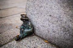 Wroclaw Polen - 15 December 2015 Fotoet av ett av skulpturen av ställa i skuggan (gnomer) från sagan som göras av Tomasz Moczek Arkivbilder