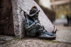 Wroclaw Polen - 15 December 2015 Fotoet av ett av skulpturen av ställa i skuggan (gnomer) från sagan som göras av Tomasz Moczek Arkivbild