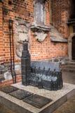 Wroclaw Polen - 15 December 2015 Fotoet av ett av skulpturen av ställa i skuggan (gnomer) från sagan som göras av Tomasz Moczek Arkivfoton