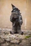 Wroclaw Polen - 15 December 2015 Fotoet av ett av skulpturen av ställa i skuggan (gnomer) från sagan som göras av Tomasz Moczek Royaltyfri Bild