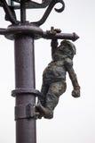 Wroclaw Polen - 15 December 2015 Fotoet av ett av skulpturen av ställa i skuggan (gnomer) från sagan som göras av Tomasz Moczek Arkivfoto