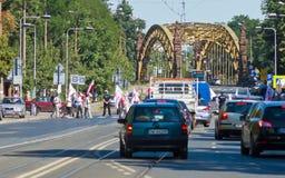WROCLAW POLEN - JULI 02: Pensionärer som protesterar under heltäckandea Arkivbilder