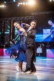 Wroclaw Polen - Maj 14, 2016: Ett oidentifierat danspar i dans poserar under europén Championsh för federation för världsdansspor Royaltyfri Foto