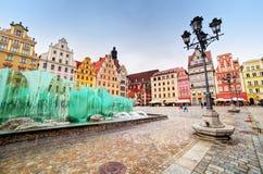 Wroclaw Polen. Marknadsfyrkanten med den berömda springbrunnen Royaltyfri Bild