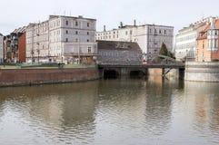 Wroclaw/Polen - mars 30, 2018: Abandonec historisk byggnad Marry maler på vattenkanalen Mlynu Maria royaltyfria foton