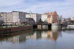 Wroclaw/Polen - mars 30, 2018: Abandonec historisk byggnad Marry maler på vattenkanalen Mlynu Maria royaltyfria bilder