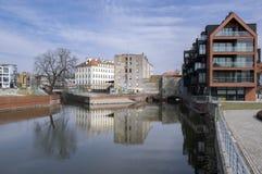 Wroclaw/Polen - mars 30, 2018: Abandonec historisk byggnad Marry maler på vattenkanalen Mlynu Maria arkivbild