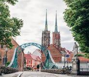 wroclaw polen Mening bij Tumski-eiland en Kathedraal van St John Doopsgezind met brug door rivier Odra royalty-vrije stock foto's