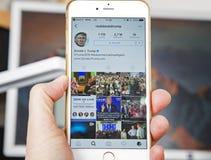 wroclaw POLEN 20, Oktober, 2016: De rekening van Instagram van Donald Trump op Iphone 6 die wordt getoond plus, Stock Afbeeldingen