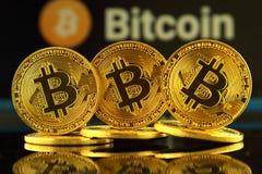 WROCLAW POLEN - OKTOBER 14, 2017: Högt intresse i bitcoin, nya faktiska pengar Begreppsmässig bild för världsomspännande cryptocu Arkivfoton