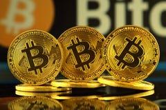 WROCLAW POLEN - OKTOBER 14, 2017: Högt intresse i bitcoin, nya faktiska pengar Begreppsmässig bild för världsomspännande cryptocu Fotografering för Bildbyråer