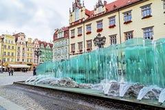 Wroclaw Polen - Oktober 17, 2015: Pittoresk sikt av den berömda gamla marknadsfyrkanten med springbrunnen i Wroclaw Royaltyfria Bilder