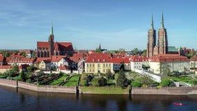 Wroclaw, Polen Ostrow Tumski mit gotischer Kathedrale und Kirche Luftvideo stock footage