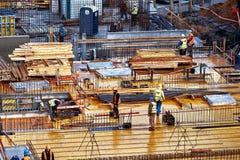 Wroclaw, Polen - September 10, 2017: Bouwwerfarbeiders, bouwbemanningen het werken royalty-vrije stock afbeelding