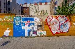 Wroclaw, Polen, 10 September, 2017: de geschilderde muur in een verlaten deel van de stad stock foto's