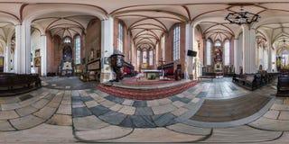 WROCLAW POLEN - SEPTEMBER, 2018: full sömlös sfärisk panorama 360 vid 180 grader inre gotisk katolsk kyrka för vinkelsikt arkivfoto