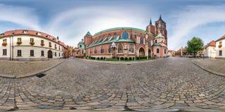 WROCLAW POLEN - SEPTEMBER, 2018: full s?ml?s sf?risk panorama 360 grader omr?de Ostrow Tumski med tornspiror av gotiskt arkivfoto