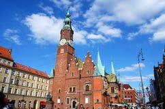 Wroclaw, Pologne : Hôtel de ville Ratusz dans le grand dos de Rynek photo stock