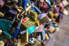 Wroclaw, Pologne - 9 mars 2108 : Cadenas symboliques d'amour fixes aux balustrades du pont de grunwaldzki, Wroclaw, Pologne Photos stock