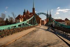Wroclaw, Pologne - 9 mars 2108 : Cadenas symboliques d'amour fixes aux balustrades du pont de grunwaldzki, Wroclaw, Pologne Image libre de droits