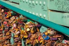 Wroclaw, Pologne - 9 mars 2108 : Cadenas symboliques d'amour fixes aux balustrades du pont de grunwaldzki, Wroclaw, Pologne Photo stock