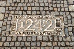 Wroclaw, Pologne - 9 mars 2018 : Une des plaques en métal sur la chronologie de trottoir du ` s de Wroclaw commémorant les dates  images stock
