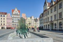 Wroclaw, Pologne - vers en mars 2012 : Fontain sur la place du marché central à Wroclaw, Pologne Photos libres de droits