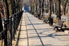 Wroclaw, Polonia, abril de 2018 Calzada a lo largo de la fosa de la ciudad Imagenes de archivo