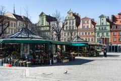 Wroclaw, Polonia - circa marzo de 2012: Las flores se venden en el cuadrado de Plac Solny en Wroclaw, Polonia Imágenes de archivo libres de regalías