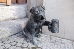 Wroclaw/POLONIA - 30 de marzo de 2018: Estatuillas del arte moderno del krasnale de Wroclaw pequeñas en calles de las calles de W foto de archivo libre de regalías