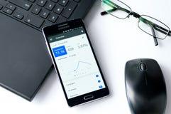 WROCLAW, POLONIA 7 de septiembre de 2016: Samsung A5 con el uso de Google Adwords que pone en el escritorio Imagen de archivo