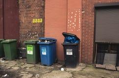 Wroclaw, Polonia, el 10 de septiembre de 2017: cubos de la basura para clasificar la ciudad de centro imágenes de archivo libres de regalías