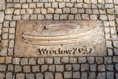 Wroclaw, Polonia - 9 marzo 2018: Una delle placche di metallo sulla cronologia del marciapiede del ` s di Wroclaw che commemora l immagine stock